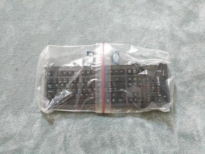 Cara kreatif biar keyboard nggak basah adalah dengan memasang plastik zip lock. Tapi kadang kurang guys, makanya dijadikan satu gini.