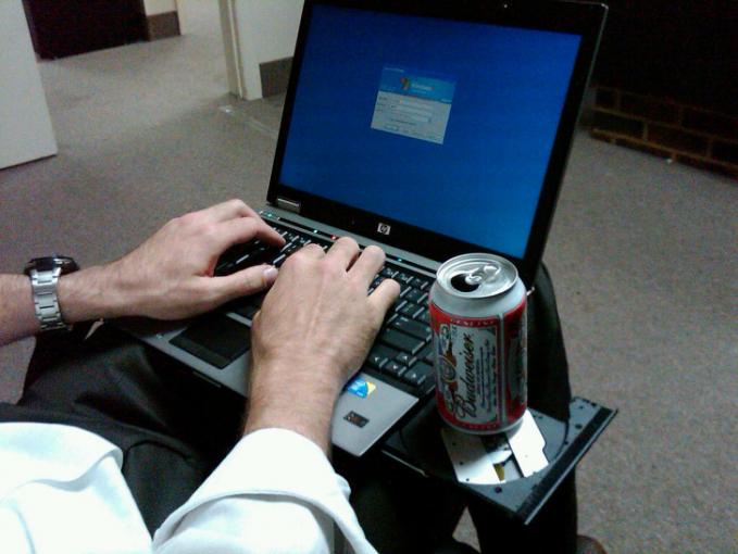 Tuh, ternyata tempat buat CD di laptop bisa dijadikan penyangga kaleng pas di luar lho.
