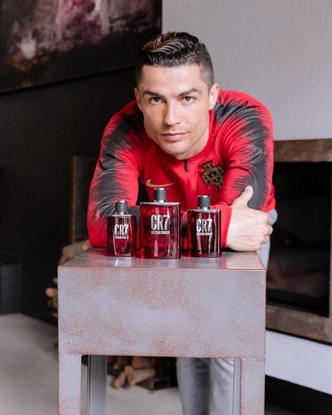 Cristiano Ronaldo Pesepak bola ganteng ini pun mendapat penghasilan yang sangat besar dari endorse. Sekali posting dia mendapatkan bayaran sebesar 10,8 Milliyar. Tak mengherankan karena followersnya sudah mencapai 140 juta lebih dalam akun instagramnya.