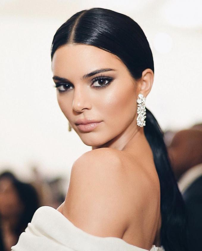 Kendall Jenner Di posisi terakhir ada kakak dari Kylie yaitu Kendall Jenner. Sekali posting dia juga memperoleh penghasilan yang sama dengan messi yaitu 7,2 milliar.