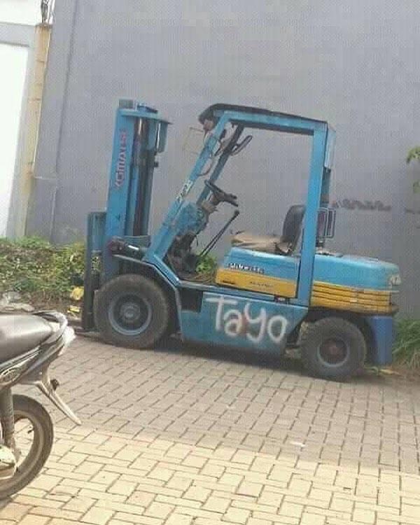 Bosan jadi bus, Tayo kini berubah jadi kendaraan angkut di sebuah pabrik.