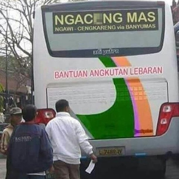 Nggak usah mikir ngeres dulu, itu cuma singkata jurusan bus antar kota aja kok. Gokil-gokil kan tulisannya?