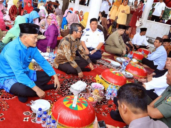 Nganggung d8 Pangkal Pinang Nganggung di Pangkal pinang memiliki makna maasyarakat membawa dulang uang berukuran besar yang berisi makanan lengkap dengan lauk pauknya untuk dimakan bersama sama dengan warga lainnya di masjid. Lebih mudahnya tradisi ini disebut dengan makan besar.