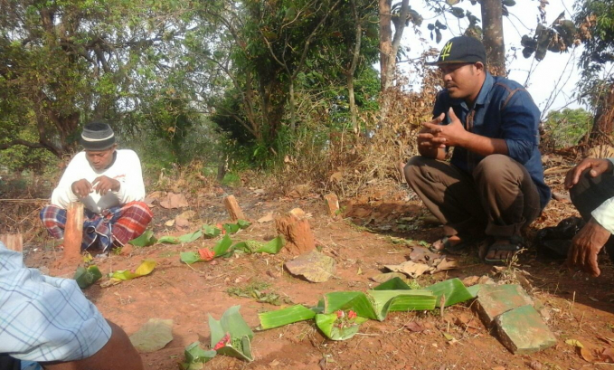 Ngumbah Keris di Jawa Masyarakat Jawa biasanya merayakan 1 Muharam ini dengan mencuci keris atau ngumbah keris. Tradisi ini adalah tradisi sakral yang hanya dilakukan pada saat saat tertentu saja, dan dipercaya bisa menambah kekuatan pada keris tersebut.