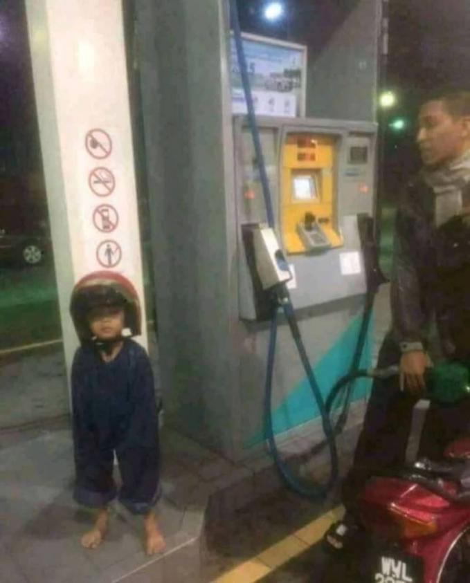 Waduh, anak siapa nih pakai celana bapaknya gengs?