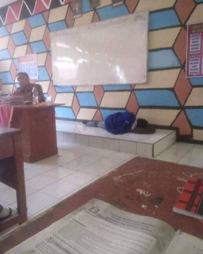 Pak gurunya baik banget ya Pulsker, ngebolehin muridnya tidur di depan kelas gini. Gimana Pulsker, kocak kan aksi mereka?