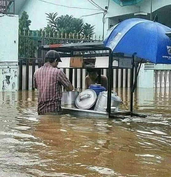 Banjir-banjir gini enaknya makan yang anget-anget gengs.