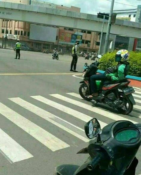 Nggak peduli ada pak polisi yang penting bisa nyantai sejenak sob. Emang deh, orang Indonesia selalu ada saja sisi uniknya ya Pulsker.