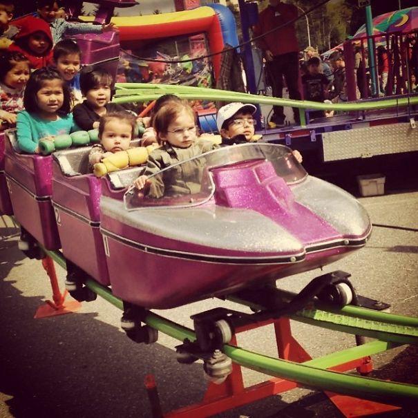 Mungkin bagi mereka roller coaster mini ini kurang menantang guys.