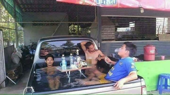 Saat cuaca panas, emang paling enak kalau berendam dan menikmati minuman dingin seperti beberapa orang di bawah ini.