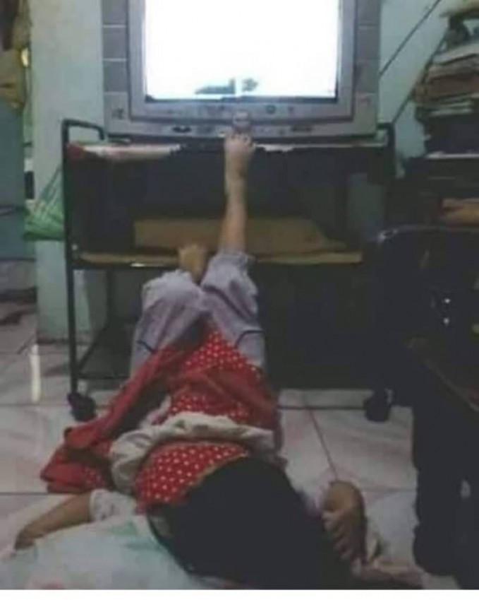 Kamu pasti juga pernah melakukan hal yang sama ketika remote TVmu hilang.