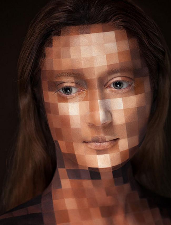 Nggak mudah lho merias wajah dengan hasil yang nampak seperti kena sensor kayak gini.