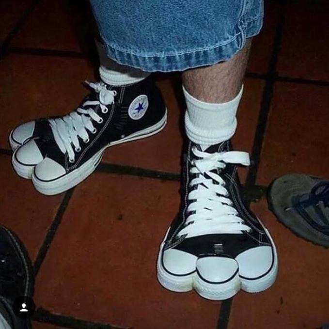 Bosan sama sepatu biasa yang gitu-gitu mulu bentuknya? Kalau kamu pakai sepatu ini dijamin beda banget guys.