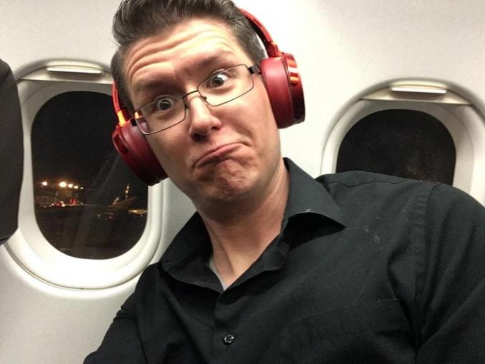 Inilah ekspresi menyenangkan ketika duduk di bangku pesawat dan mendapatkan dia jendela sekaligus.
