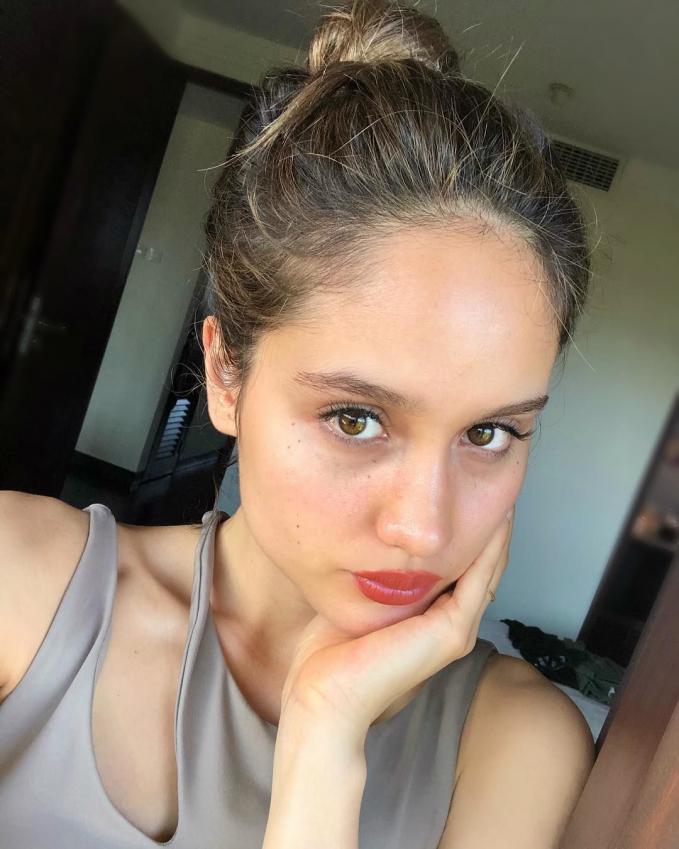 Ingin tahu wajah cinta Laura tanpa makeup? Beginilah aslinya, masih tetap menawan kan?