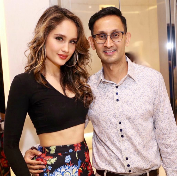 Cinta juga sempat mengunggah foto dengan salah satu sutradara Sanjay Mulani. Kira-kira apa project Cinta selanjutnya ya?