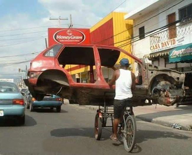 Cuma di Indonesia ada mobil yang bisa naik becak, dikayuh lagi.