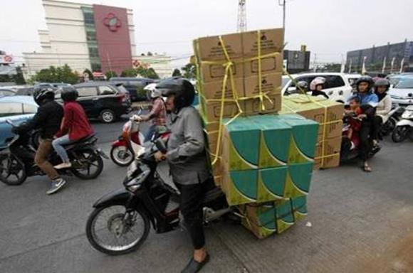 Pemandangan over capacity yang sering kita lihat dijalanan. Cuma orang Indonesia yang bisa.