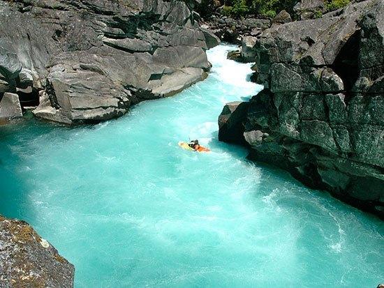 Sungai Futaleufu Warna Sungai Futaleufu yang biru kehijau hijauan sangat indah dipandang mata. Sungai yang terletak di Chili dan Argentina ini sering dimanfaatkan untuk arung jeram dan rafting. Hal ini didukung oleh arus deras yang mengalir di sungai Futaleufu ini. Ada beberapa bungalow yang dibangun di pinggir sungai sehingga memudahkan wisatawan untuk menikmati keindahan kapanpun.