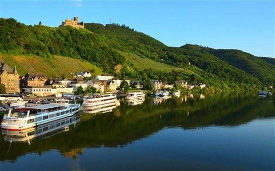 Sungai Danube Sungai Danube adalah sungai terpanjang kedua di Eropa setelah sungai Volga. Sungai ini mengalir melewati 10 negara. Antara lain Austria, Hungaria, Rumania, Serbia, Bulgaria dan sebagainya. Sungai Danube terlighat sangat eksotis, di beberapa tempat yang dilewatinya. Seperti di Vienna dan Budhapest.