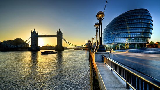 Sungai Thames Sungai ini mengalir melewati London dan terlihat sangat eksotis. Sungai Thames sering menjadi tempat wisata bagi Traveller. Ada berbagai atraksi yang bisa dilakukan di sungai ini. Seperti bermain canoe dan berlayar. Dalam sejarah sungai Thames sangat terkenal dan menjadi ikon sepanjang masa.