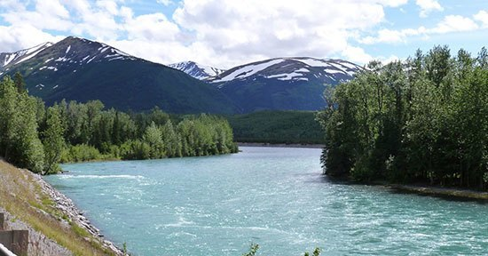 Sungai Kenai Memiliki pemandangan alam yang indah tampaknya membuat sungai Kenai menjadi salah satu sungai yang indah di dunia. Sungai yang mempunyai panjang 132 km ini terletak di Alaska. Bukan hanya pemandangannya yang indah namun wisatawan juga bisa memancing ikan salmon, asik nih. Tempat ini memang menjadi tujuan bagi wisatawan yang gemar memancing.