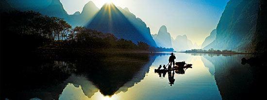 Sungai Li Terletak di China Sungai Li adalah salah satu destinasi yang menarik bagi wisatawan. Sungai ini mempunyai panjang 83 km dari Guilin ke Yangshuo. Ada pemandangan oegunungan karst menghiasi tepi sungai Li. Air sungainya yang bersih sering digunakan wisatawan untuk berlayar menikmati keindahan Sungai Li.