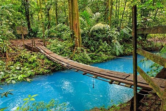 Sungai Rio Celeste Sungai paling indah selanjutnya adalah di Kosta Rika yaitu sunga Rio Celeste. Sungai ini dihiasi oleh pepohonan hijau dan airnya berwarna sangat biru. Di sini pun kita bisa menikmati air terjun yang menyegarkan. Warna biru sungai Rio Celeste ini disebabkan karena fenomena Mie Scattering.