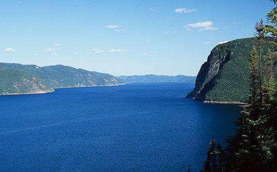 Sungai Saguenay Sungai Saguenay terletak di Kanada dan mengalir sepanjang 160 km. Sungai Saguenay dikelilingi oleh tebing tebing tinggi yang perkasa. Pemandangan alam tyang tersaji saat berkunjung di sungai Saguenay ini menyisakan kesan yang luar biasa. Sungai ini pernah dijadikan rute utama perdagangan di Kanada.