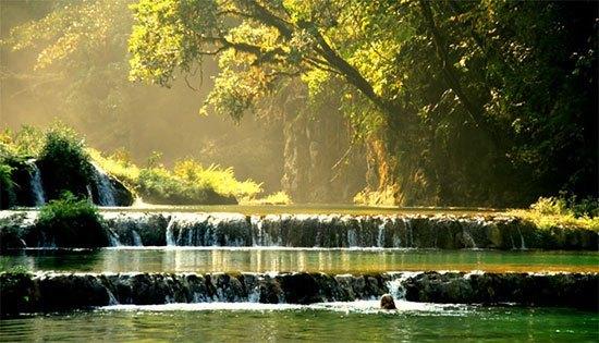 Sygngai Rio Cahabon Sungai Rio Cahabon adalah sungai paling indah selanjutnya. Sungai ini mempunyai panjang 196 km dan terletak di Guatemala. Ini adalah destinasi wisata bagi para pelancong yang sedang berkunjung ke Amerika Tengah. Ada atraksi Arung jeram serta pemandangan gua yang indah saat melintasOk sungaOk Rio Cahabon.