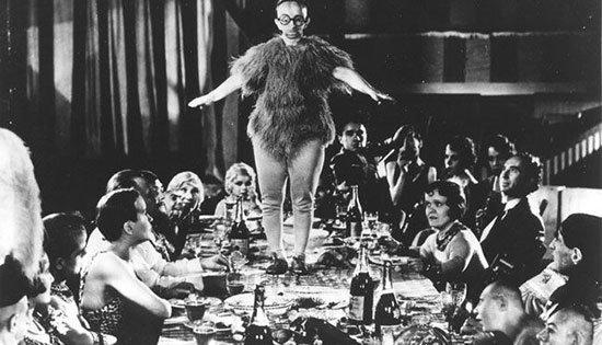 Koo-Koo The Bird Girl Koo-Koo the Bird Girl yang bernama asli Minnie Woolsey lahir pada tahun 1880 di Rabbun County, Georgia. Sebelum Minnie menjadi terkenal dalam beberapa freak shows Minnie pernah masuk dalam rumah sakit jiwa. Dan dikeluarkan oleh seorang produser untuk menjadi pemain dalam Freak Show. Inilah lahirnya nama Koo-Koo the Bird. Penampilannya yang berbeda daro kebanyakan perempuan ini disebbabkan oleh penyakit yang dideritanya yaitu kelainan pertumbuhan kerangka atau Virchow-Seckel Syndrome. Penyakit ini menyebabkan dia terlihat pendek, kepala yang kecil seperti burung, serta hidung seperti paruh dan mata besar namun rabun. Minnie juga mempunyai telinga yang cukup besar dan dia tidak mempunyai gigi. Saat tampil dalam freak show dia menggunakan pakaian tradisional.Amerika dari suku Indian. Pada tahun 1932 ia membintangi film yang berjudul Freaks