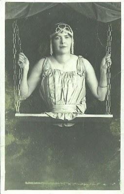 Mademoissele Gabrielle, The Half Ladie Seperti julukannya The Half Ladie, Mademoiselle hanya hidup dengan setengah badannya setelah ia lahir tahun 1884 di Bassel, Swizerland. Meski begitu Madam Moiselle tidak pernah ambil pusing atau mengeluh atas keadaannya. Sebaliknya dia malah menunjukkan bahwa ia adalah orang yang spesial. Pada tahun 1900an ia memulai karirnya di dunia sirkus atau freak show di Paris Universal Exposition 1900 sebagai the half women. Tak lama kemudian ia melakukan perjalanan keliling Amerika bersama Dreamland Circus Side Show, Ringling Bros dan Barnum & Bayley. Di tahun 1912 Madam Moiselle mulai dilirik karena statusnya mulai naik sebagai bangsawan setelah karirnya yang gemilang di New York Hammers Theatre. Sosoknya yang rupawan membuat laki laki jatuh hati padanya. Tercatat bahwa ia pernah menikah 3 kali. Setelah pernikahan ketiganya jejak Madam Moisselle sudah tidak diketahui lagi.