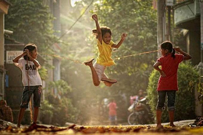 Lompat Tali Tali yang digunakan biasanya adalah karet gelang yang disambung hingga panjang yang diinginkan, saat bermain minimal 3 orang.
