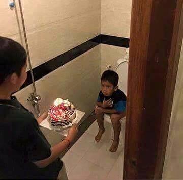 Wah, ngasih surprisenya nggak kira-kira nih. Masa di dalam toilet dikirimi kue kayak gini juga guys.