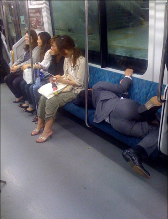 Nggak peduli banyak wanita yang duduk di sampingnya, saking ngantuknya pria ini ketiduran di kereta.