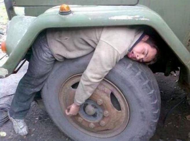 Semoga truknya tau ya kalau ada orang tidur di rodanya.