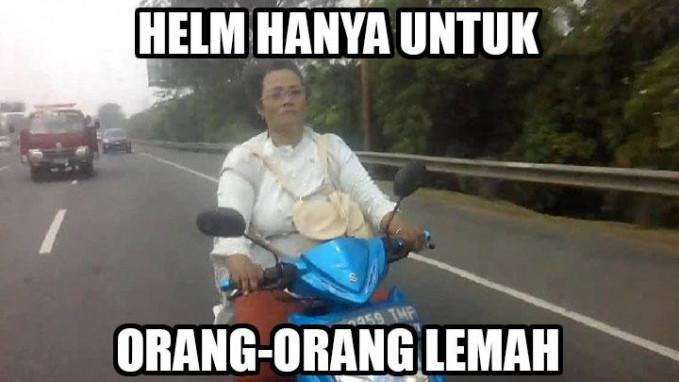 Bagi emak-emak, nggak berani melewati tol dan memakai helm hanya untuk orang yang lemah.