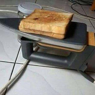 Pengen makan roti bakar tapi nggak punya kompor? Manfaatkan setrikamu anak muda.