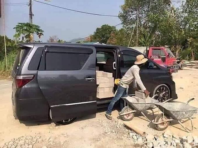 Orang kaya mah bebas. Mobil Alphard juga bisa untuk mengangkut batu bata.