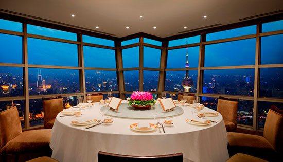 Club Jin Mao (China) Terletak di lantai 86 Grand Hyatt Hotel, Shanghai China, restauran ini berada pada ketinggian 329,79 meter. Restauran di hotel bintang lima ini sangat terkenal di kota tersebut dengan nuansa elit yang menggabungkan dekorasi tradisional dan sentuhan desain modern. Menu yang ditawarkan di Club Jin Mau ini juga sangat autentik berupa masakan khas kota Shanghai.