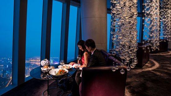 Catch (China) Lokasinya berada di lantai 100 pada bangunan Four Season Hotel, Guangzhou China dengan ketinggian 408,43 meter. Selain memberikan pemandangan yang menakjubkan restaurant Catch juga menawarkan nuansa makan malam berbintang untuk pengalaman makan malam yang tak terlupakan. Santapannya pun berkelas dengan banyak pilihan menu yang menggugah selera.