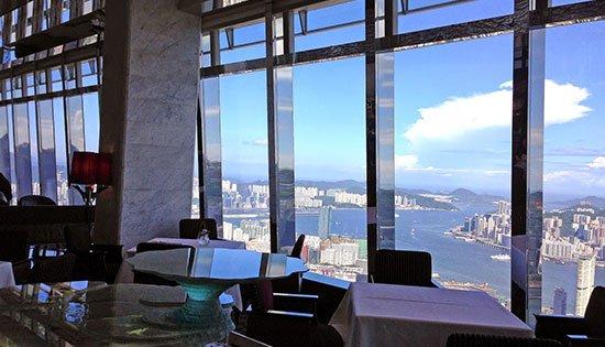 Tosca ( Hongkong ) Seperti Tosca yang merupakan sebuah opera ternama dari Italia asal muasal nama restaurant ini mereka pun menawarkan makanan khas dari negeri pizza tersebut dengan nuansa kelas atas. Posisi restaurant Italia bernama tosca ini juga berada sangat jauh di atas permukaan tanah pada ketinggian 420,01 meter. Tepatnya di lantai 102 Ritz-Karlton Hotel Hongkong.
