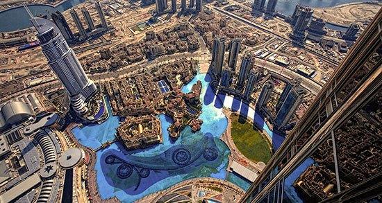 A.T Mosphere (Uni Emirat Arab) Inilah restoran tertinggi di dunia yang berada pada bangunan paling tinggi di muka bumi.A.T Mosphere di Burj Khalifa Dubai, Uni Emirat Arab tepat berada di ketinggian 441,96 meter di lantai 122 tepat dua tingkat d bawah puncak gedung tersebut. Restoran berlapis kaca ini memberikan pemandangan menakjubkan berupa panorama laut, pulau, dan kota Dubai.