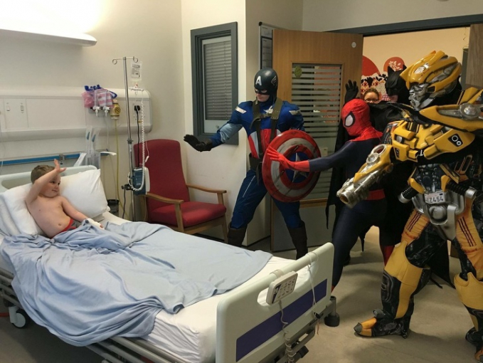 Para cosplayer ini berusaha menghibur anak yang sedang sakit dengan menggunakan kostum superhero. Hal ini agar sang anak kembali ceria dan semangat menjalani harinya.