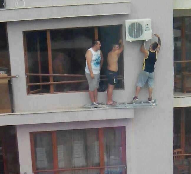 Waduh, ini salah langkah sedikit saja bisa celaka tuh yang benerin AC.