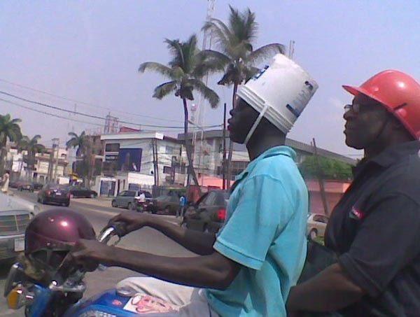 Anti pakai helm warna ungu, si abangnya malah milih pakai ember di kepalanya.