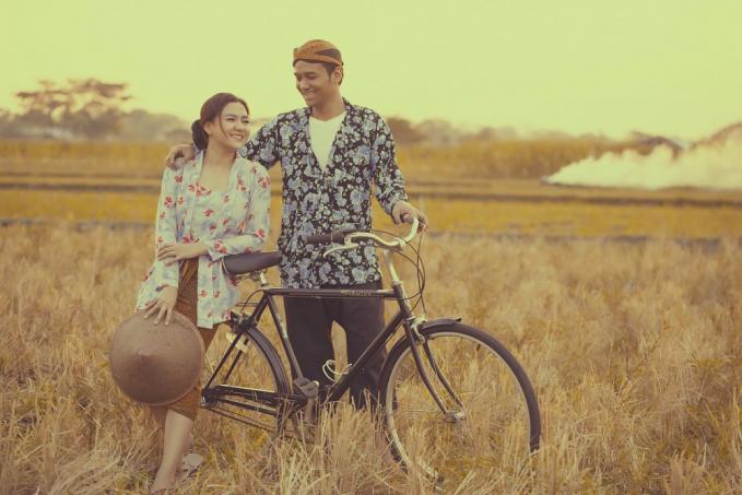 Wah kalo yang ini pasangan Vicky Shu, dan Ade Imam yang terlihat seperti pasangan romantis zaman dulu ya..dapet banget...