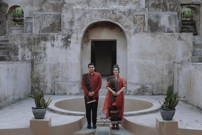 Pasangan Kahiyang Ayu dan Bobby Nasution dengan baju adat Sumatera Utara dan fotonya di lokasi Sitis Warungboto Jogja