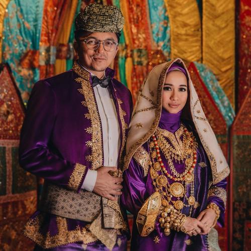 Duh nggak bisa dipungkiri dwngan baju adat ini pasangan ini nampak sangat elegan. Laudya Cintiabella dan Engku Emran bener bener memukau abis dengan busana adat Minang.