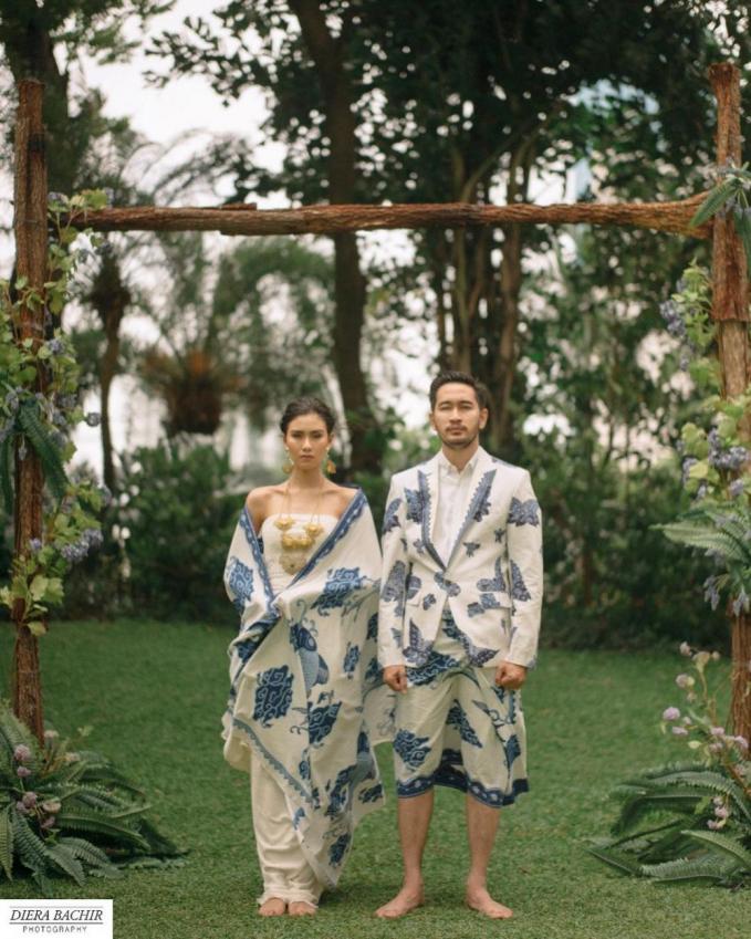 Syahnaz Sadiqah dan Jeje Govinda Serasi abis dengan busana batik mega mendung khas Cirebon.